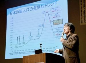 「歩いて楽しめる街の先進地に」と訴える広井良典教授=27日、福井市のハピリンホール