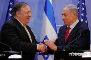 20日、イスラエルのエルサレムで、握手を交わすネタニヤフ首相(右)とポンペオ米国務長官(AP=共同)