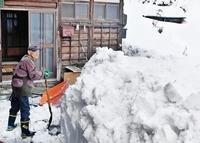 家閉ざす雪、危機に瀕した高齢者