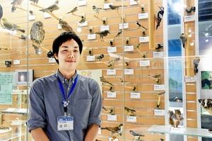 小学生のころからの夢をかなえ学芸員として活躍する出口さん=8日、福井市自然史博物館