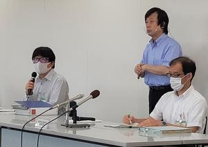 4人の新型コロナウイルス感染確認を発表する福井県幹部=8月5日、福井県庁