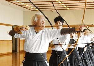 若手に交じり自主練習に励む水野半左衛門さん(左)=福井県立武道館