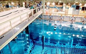 原子炉へ入れるため、クレーンでつり上げられる燃料=13日、福井県高浜町田ノ浦の高浜原発3号機(代表撮影)
