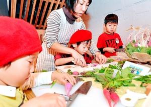 空きビルを再生して設けたカフェで、福井県内農家の女性から野菜のおいしさを教わる子どもたち=11月3日、福井市中央1丁目のガレリア元町商店街