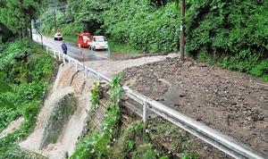 土砂が流れ込んで通行止めとなった県道=8日午前、福井市西河原町