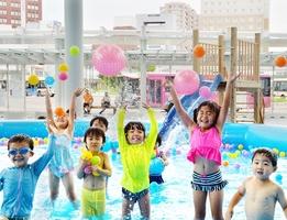 巨大プールで遊ぶ子どもたち=7月21日、福井県福井市のハピテラス