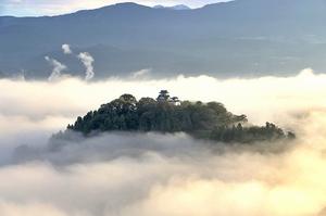 雲海に浮かんで見える幻想的な越前大野城=14日午前6時40分ごろ(加藤幸洋さん撮影)