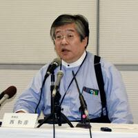 記者会見する学校法人明浄学院の西和彦理事長=17日午後、大阪市