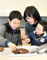 銅鏡チョコ作りを楽しむ参加者=3月9日、福井県福井市立郷土歴史博物館