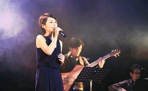 秋田県大仙市でのライブで歌う結香さん=2016年11月