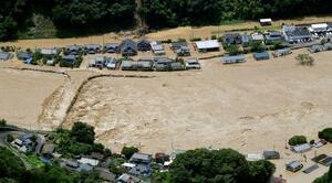 熊本県球磨村で氾濫した球磨川=4日午前11時43分(共同通信社ヘリから)