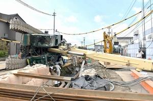 底喰川をまたいで倒れたクレーン車=11月1日午前10時55分ごろ、福井県福井市西開発3丁目