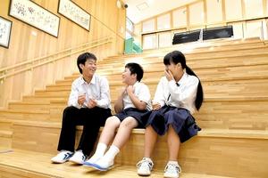 放課後、交流スペース「だんだん広場」で談笑する大谷小中学校の児童生徒たち=9月27日、石川県珠洲市