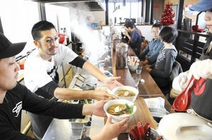 限定ラーメンを提供する庄野智治社長(左から2人目)ら=11月、福井市開発2丁目の「RAMEN W」