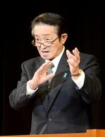 中学生に拉致問題解決のための協力を呼び掛ける地村さん=1日、福井県小浜市文化会館