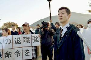 従業員らに話をする労働組合の加藤正樹執行委員長(右端)=8日午前、栃木県佐野市