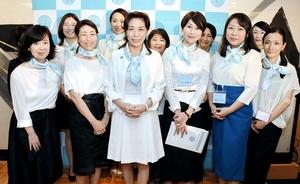 「SAKE女の会」のメンバーに囲まれる友田晶子代表(前列左から3人目)=7日夜、東京都千代田区の日本外国特派員協会