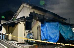 焼け跡から子ども2人の遺体が見つかった、山口県下関市の住宅=10日夜