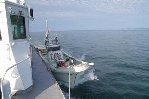 エンジントラブルで巡視艇に救助された船(2020年11月・福井県沖海上)