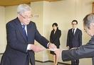 福井市長4選の東村氏に当選証書
