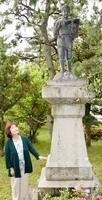 福井地震で落ちてきた二宮金次郎像を見上げる三井延子さん=福井県坂井市兵庫小