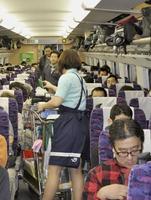 東北新幹線車内の通路を移動する車内販売のワゴン=2010年12月