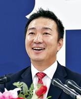 広島の投手コーチ就任が決まり、記者会見する横山竜士氏=10月21日、広島県広島市のマツダスタジアム