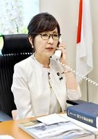 首相官邸からの呼び込み電話を受ける稲田朋美議員=3日午後2時45分、衆院議員会館