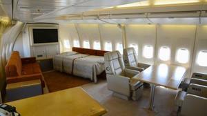 報道関係者に公開された旧政府専用機の貴賓室=24日午前、航空自衛隊千歳基地