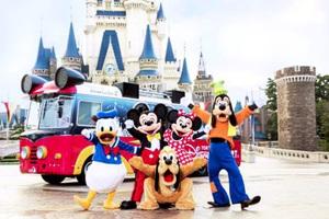 「ドリームクルーザー2」(後方の車両)に乗って、ふくい春まつりでパレードする予定のミッキーマウス(中央)ら