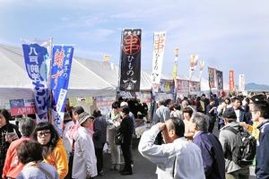 県内外のサバの特産品を求める人でにぎわった鯖サミット=30日、福井県の小浜市食文化館前
