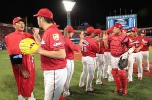 13勝目を挙げ、中崎からウイニングボールを受け取る広島・大瀬良(左端)=横浜