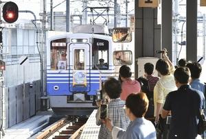 鉄道ファンらが見守る中、入線する福井駅発の一番電車=6月24日午前6時10分ごろ