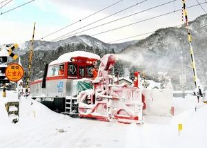 JR北陸線の線路に積もった雪を取り除く除雪車両。運休が相次ぎ、県民生活が混乱した=6日午前7時35分ごろ、福井県南越前町今庄