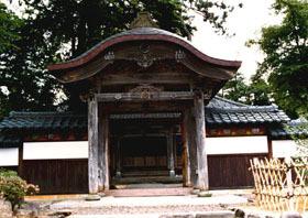 桃山様式の彫刻が見事な山門