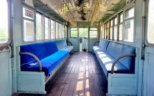 懐かしさを感じさせる震災電車の内部