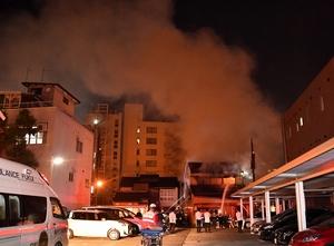 煙を上げて燃える飲食店=4月22日午後9時25分ごろ、福井県福井市中央3丁目