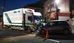 乗用車とトラックが衝突した現場=14日夕、京都市