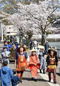 城址桜色、春を満喫 福井市中央公園 舟乗り堀巡り 甲冑姿で登城 たのしみはふくい。第34回桜まつり
