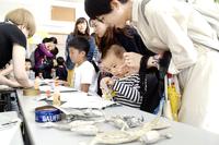 新聞紙恐竜作り、子どもたち楽しむ