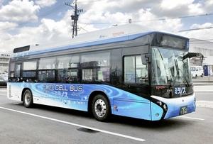 愛知県豊田市内の路線を走る燃料電池バス。福井県敦賀市は外国大型クルーズ客船の敦賀港寄港に合わせ、4月17日に試験運行する(敦賀市提供)