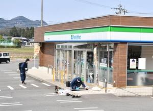 強盗未遂事件が起きたコンビニを調べる捜査員=4月3日午後2時35分ごろ、福井県越前市西尾町
