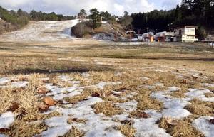 雪不足で今季の営業を断念した雁が原スキー場=1月17日、福井県勝山市