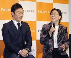 新CMの発表会に登場した佐藤琢磨選手(左)と母の昭子さん=17日、東京都内