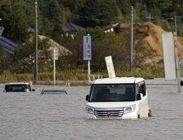 記録的な大雨で、水に漬かった車=10月26日午後0時11分、千葉県佐倉市