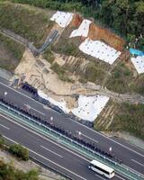 のり面が崩落した新名神高速下り線=14日午後5時10分、三重県四日市市(共同通信社ヘリから)