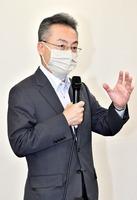 休業要請について「緩和の方向」と説明する杉本達治知事=5月14日、福井県庁