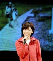白山登山の思い出を笑顔で振り返る釈由美子さん=10月21日、石川県白山市松任文化会館
