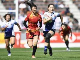 日本―中国 後半、突進する小笹(右)=ミクニワールドスタジアム北九州