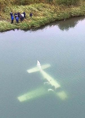 沈む機体うっすらと、小型機不時着